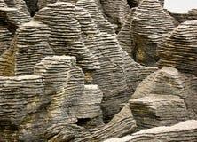 Κλείστε επάνω των απότομων βράχων στα επίπεδα τηγανιτών, αποκρουστικός αέρας ακρωτηρίων, Νέα Ζηλανδία στοκ εικόνες