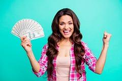 Κλείστε τη φωτογραφία όμορφη αυτή τα χρήματα ανεμιστήρων λαβής όπλων γυναικείων χεριών της bucks ανατρέχει ευτυχής κραυγή κραυγής στοκ φωτογραφίες με δικαίωμα ελεύθερης χρήσης