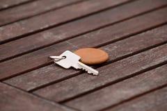 Κλειδί ακολουθίας ξενοδοχείων με την ξύλινη αλυσίδα ρολογιού για το δωμάτιο στον ξύλινο πίνακα Κλειδί δωματίων στην ξύλινα σύστασ στοκ φωτογραφίες