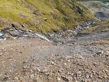 Κοιτάζοντας κάτω από τους βράχους σε λόφο στην εκροή νερού μοχλών, περιοχή λιμνών στοκ φωτογραφία με δικαίωμα ελεύθερης χρήσης