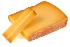 Κομμάτι του τυριού Comté σε ένα άσπρο υπόβαθρο στοκ εικόνες
