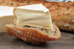 Κομμάτι Reblochon σε μια φέτα ψωμιού στοκ εικόνα με δικαίωμα ελεύθερης χρήσης