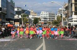 Κορίτσια στα κοστούμια καρναβαλιού που περπατούν κατά μήκος μιας οδού στοκ εικόνα