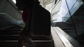 Κορίτσι με τη βαλίτσα που αναρριχείται στα σκαλοπάτια στην πλατφόρμα φιλμ μικρού μήκους