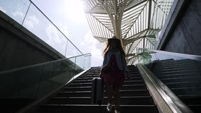 Κορίτσι με τη βαλίτσα που περπατά κάτω στο σταθμό απόθεμα βίντεο