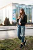 Κορίτσι μόδας που φορά την μπλούζα, τα τζιν και την τοποθέτηση σακακιών δέρματος ενάντια στην οδό, αστικό ύφος ιματισμού στοκ εικόνα με δικαίωμα ελεύθερης χρήσης