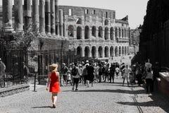 Κορίτσι στο κόκκινο φόρεμα στο αρχαίο amphiteatre στοκ εικόνες με δικαίωμα ελεύθερης χρήσης