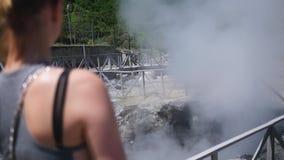 Κορίτσι στο υπόβαθρο των θερμών πηγών απόθεμα βίντεο