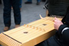 Κορίτσι που εκτελεί τη μουσική με το παραδοσιακό όργανο σειράς στην τιμή στην οδό στοκ φωτογραφία με δικαίωμα ελεύθερης χρήσης