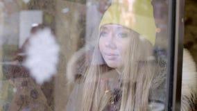 Κορίτσι που κάνει τις αγορές παραθύρων απόθεμα βίντεο