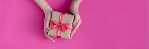 Κορίτσι που κρατά ένα παρόν στα χέρια, γυναίκες με το κιβώτιο δώρων στα χέρια που τυλίγονται στο διακοσμητικό έγγραφο τεχνών με έ στοκ φωτογραφία με δικαίωμα ελεύθερης χρήσης