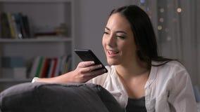 Κορίτσι που χρησιμοποιεί την αναγνώριση φωνής στο τηλέφωνο για να καταγράψει ένα μήνυμα φιλμ μικρού μήκους