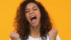 Κορίτσι Biracial που παρουσιάζει ναι χειρονομία, γιορτάζοντας το επιτυχές επίτευγμα, τύχη απόθεμα βίντεο