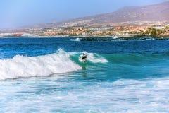 Κορίτσι Surfer στη πλευρά Adeje Tenerife στοκ φωτογραφία με δικαίωμα ελεύθερης χρήσης