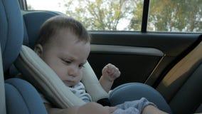 Κοριτσάκι σε ένα κάθισμα αυτοκινήτων ασφάλειας Ασφάλεια απόθεμα βίντεο