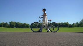 Κοριτσιών με ένα ποδήλατο στοκ φωτογραφία με δικαίωμα ελεύθερης χρήσης