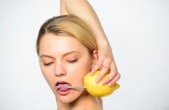 Κοριτσιών ποτών φρέσκα φρούτα λεμονιών χυμού ολόκληρα Υγιής τρόπος ζωής και οργανική διατροφή Το θρεπτικό ποτό γεμίζει με την ενέ στοκ εικόνα