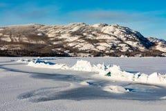 Κορυφογραμμή πίεσης στην παγωμένη λίμνη Laberge Yukon Καναδάς στοκ φωτογραφία