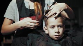 Κούρεμα για trimmer αγοριών για την τρίχα και τη χτένα στον κομμωτή φιλμ μικρού μήκους