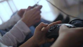 Κουμπιά ελέγχου συμπίεσης χεριών κινηματογραφήσεων σε πρώτο πλάνο του πηδαλίου απόθεμα βίντεο