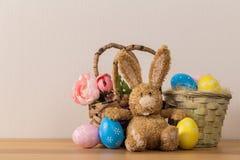 Κουνέλι λαγουδάκι Πάσχας με το χρωματισμένο αυγό στο ξύλινο υπόβαθρο στοκ εικόνα με δικαίωμα ελεύθερης χρήσης