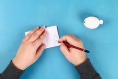 Κουνέλι Diy από τα αυγά Πάσχας στο μπλε υπόβαθρο Ιδέες δώρων, ντεκόρ Πάσχα, άνοιξη χειροποίητος στοκ εικόνες με δικαίωμα ελεύθερης χρήσης
