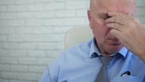 Κουρασμένη εικόνα επιχειρηματιών στο δωμάτιο γραφείων που τρίβει τα μάτια του απόθεμα βίντεο