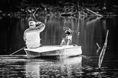 Κουπιά λεμβούχων με ένα ποδήλατο σε μια βάρκα στοκ φωτογραφία με δικαίωμα ελεύθερης χρήσης