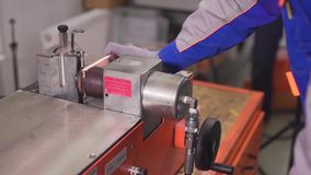 Κοπή χαλκού στις τρύπες μηχανών και διατρήσεων απόθεμα βίντεο