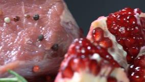 Κρέας με τα καρυκεύματα και το ρόδι απόθεμα βίντεο