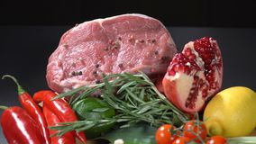 Κρέας με τα λαχανικά και τα φρούτα απόθεμα βίντεο