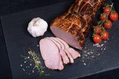 Κρέας χοιρινού κρέατος Smocked στο μαύρο πιάτο πετρών στοκ εικόνες