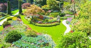 Κρεβάτια χορτοταπήτων και λουλουδιών την άνοιξη με τα πολύβλαστα χρώματα, Βικτώρια, Καναδάς στοκ φωτογραφία με δικαίωμα ελεύθερης χρήσης