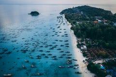 Κρύσταλλο νησιών παραδείσου - σαφής θάλασσα, Blu, φοίνικες, στο fyre στοκ φωτογραφία με δικαίωμα ελεύθερης χρήσης