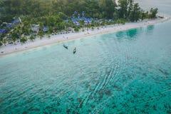 Κρύσταλλο νησιών παραδείσου - σαφής θάλασσα, Blu, φοίνικες, στο fyre στοκ εικόνα με δικαίωμα ελεύθερης χρήσης