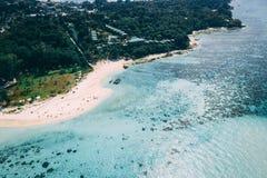 Κρύσταλλο νησιών παραδείσου - σαφής θάλασσα, Blu, φοίνικες, στο fyre στοκ εικόνες με δικαίωμα ελεύθερης χρήσης