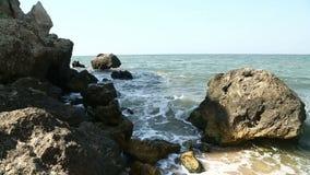 Κύματα θάλασσας που συντρίβουν στους παράκτιους απότομους βράχους φιλμ μικρού μήκους