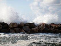Κύματα που συντρίβουν ενάντια στη μύγα βράχων και παφλασμών γύρω Ελαφριά θύελλα στη θάλασσα στοκ εικόνα με δικαίωμα ελεύθερης χρήσης