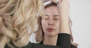 Κύρια εργασία σαλονιών ομορφιάς με μια μηχανή airbrush makeup απόθεμα βίντεο