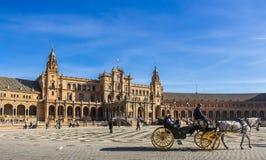 Κύριο plaza που αντιμετωπίζει το κεντρικό κτήριο στην πλατεία της Ισπανίας, πάρκο της Μαρίας Luisa στοκ εικόνα με δικαίωμα ελεύθερης χρήσης