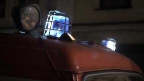 Κόκκινα και μπλε να αναβοσβήσει φω'τα πάνω από το firetruck απόθεμα βίντεο