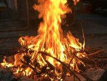 Κόκκινος-πορτοκαλιά πυρκαγιά αναμμένη στους βράχους στοκ φωτογραφίες