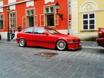 Κόκκινο αυτοκίνητο στην οδό στοκ εικόνες με δικαίωμα ελεύθερης χρήσης
