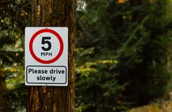 Κόκκινο και άσπρο 5 MPH παρακαλώ οδηγεί αργά το σημάδι στοκ φωτογραφίες με δικαίωμα ελεύθερης χρήσης