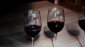 Κόκκινο κρασί στο γυαλί hd απόθεμα βίντεο