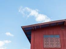 Κόκκινο ξύλινο σπίτι στοκ εικόνα με δικαίωμα ελεύθερης χρήσης