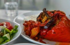 Κόκκινο πιπέρι με το ρύζι και κρέας για το μεσημεριανό γεύμα στοκ εικόνα με δικαίωμα ελεύθερης χρήσης