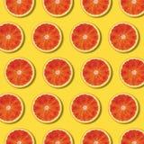 Κόκκινο πορτοκαλί σχέδιο φετών τοπ άποψης στο κίτρινο υπόβαθρο στοκ φωτογραφίες