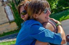 κόρη που αγκαλιάζει τη μη&ta στοκ εικόνα