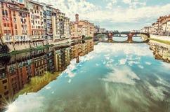 Κτήρια και Ponte Santa Trinita που αντανακλάται στον ποταμό Arno, Φλωρεντία, Ιταλία στοκ εικόνες